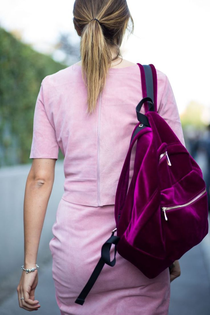 Veludo é trend das roupas até os acessórios. Estou in love por essa mochila!