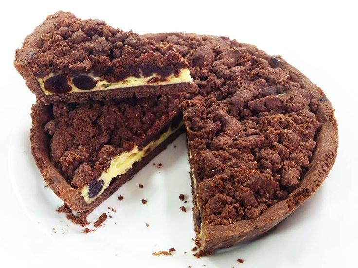 Foto della torta crumble al cacao con ricotta e visciole