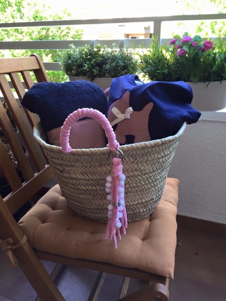 Pack de regalo con capazo decorado con trapillo rosa y llavero a conjunto