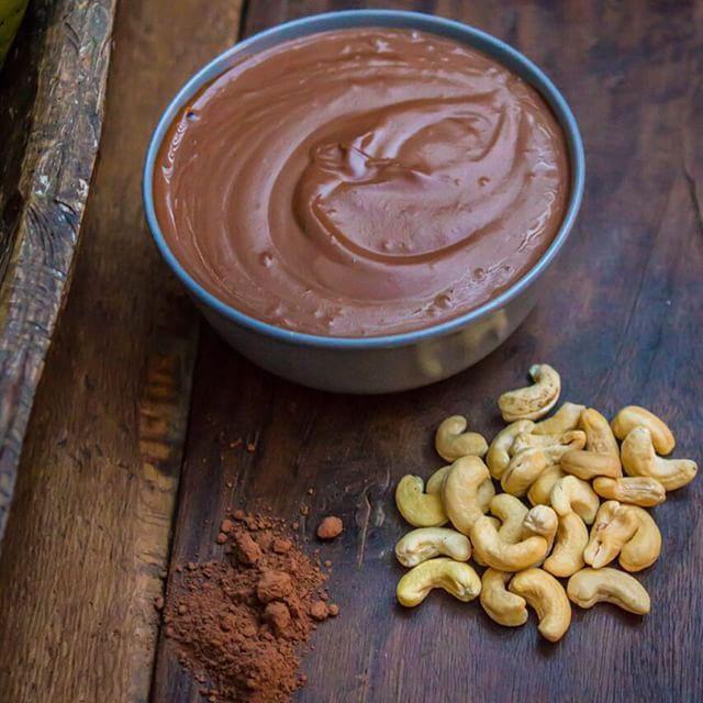 Creme de Castanha de Caju e Cacau*** Esse creme é uma delícia e pode ser usado para várias coisas, recheio e calda de bolo, como calda em frutas ou quentinho como fondue. 1 xic de Castanha de Caju 1/4 xic de Cacau 1/2 xic de Melado de Cana 1/8 xic de Leite de Coco 1/8 xic de Óleo de Coco Deixe as Castanhas de molho por 12h; Processe com os demais ingredientes em um processador por aproximadamente 5 minutos, até ficar um creme uniforme.