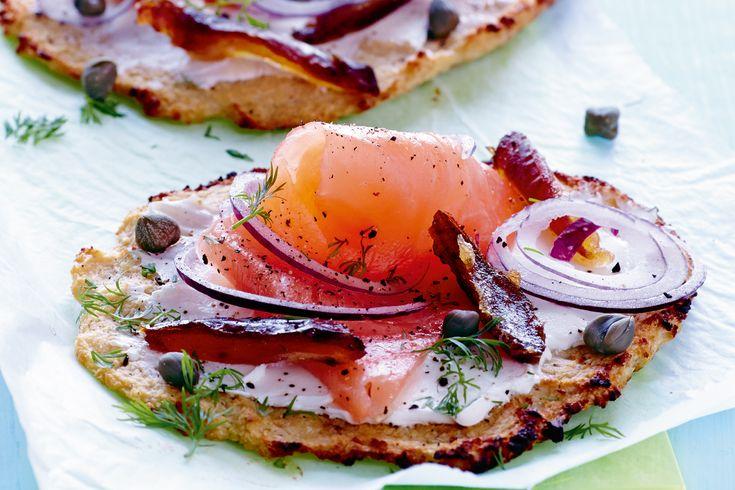 Prøv I FORMs delikate pizza med sunn bund av blomkål og fyll med laks og kapers.