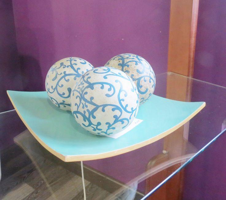 Set decorativo para tu hogar en tonos azules y turquesas! Bandeja de madera con tres bolas!