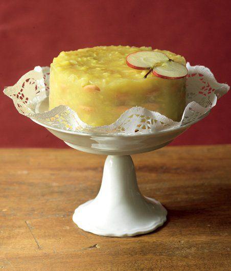 Světlá nažloutlá letní jablka mají jednu nevýhodu, a to, že moc dlouho nevydrží. Co se nestihne rovnou sníst, to možná zachutná v podobě svěžího pudinkového dortu podle Apetitu: http://www.apetitonline.cz/recepty/3797-nepeceny-jablkovy-dort.html