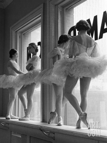 Ballerines sur le rebord de la fenêtre dans la salle de répétition de l'Ecole Américaine de Ballet de George Balanchine, New York Reproduction photo