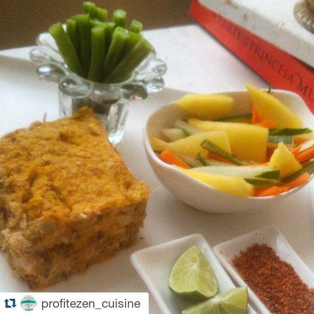 Pastel de ahuyama al horno (ayer lo preparé y lo puse a congelar para hoy, tiene pechuga de pollo, más de 10 verduras, linaza y harina de almendras. Aparte una porción de ejotes & una ensalada de pepino, piña y zanahoria con limón y chile taji #singluten #sinsal #mrsdash #eatclean #mexico #hechoencasa #pollo #cartagena #delivery #medellin #saludable