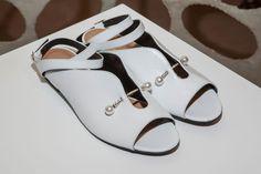 Espectaculares estas sandalias blancas y planas pero con estilo suficiente para calzar cualquier look. Son de Coliac____ Spring 2017