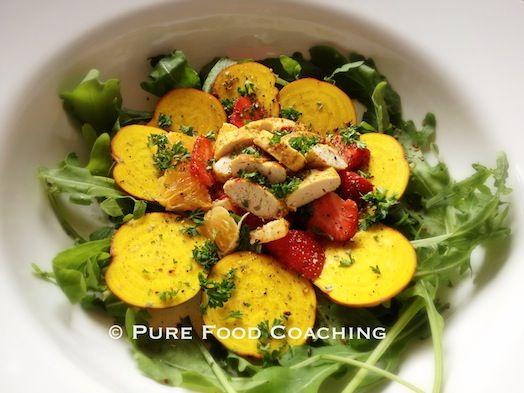 Recept: Rucola salade met kip, gele biet, sinaasappel en aardbei