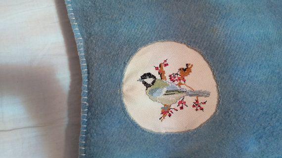 Upcycled kussen van wol deken en vintage borduurwerk bird