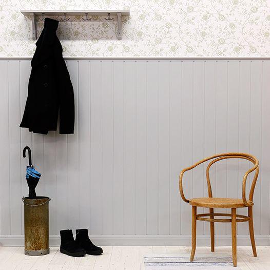 Hallen eller farstun, det första intrycket när du kommer in i en bostad. I detta fall en bröstpanel med V-spont cc97,5 mm.