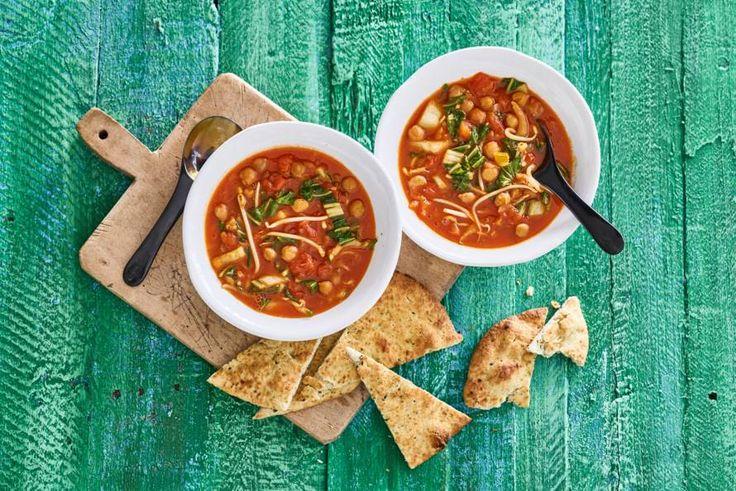 Deze verrassende soep met kikkererwten is vezel- en eiwitrijk. Lekker met de pittige kruidenpasta. - Recepten - Allerhande