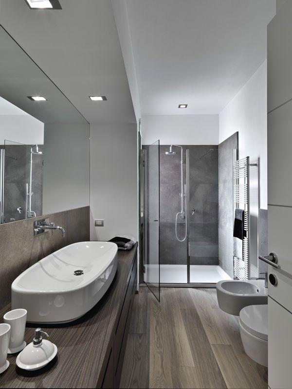 Nowoczesna łazienka - chłodne drewno w połączeniu z różnymi odcieniami szarości wygląda bardzo innowacyjnie.  fot. fotolia.com