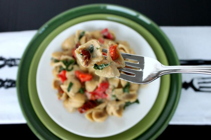 Vegan Alfredo Pasta / This is a creamy #glutenfree gourmet dish made with nutritional yeast and cashews instead of heavy cream. - Creamy and Delicious! What's your favorite creamy recipe?