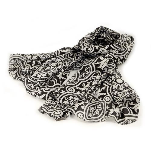 SCIARPA PAREO TAIPEI - Graziosa sciarpa pareo nera stampata con originali fiori simmetrici bianchi. Composizione: 100% cotone.