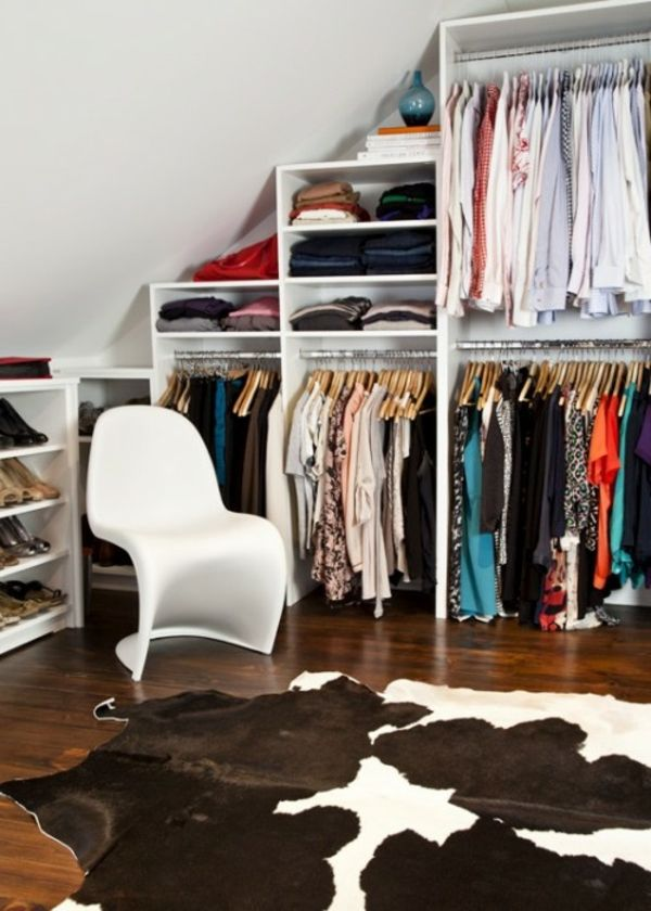 unu dressing mansarde pour utiliser tout l'espace disponible avec chaise et tapis design