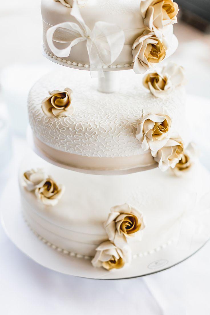 Witte bruidstaart met gouden rozen // Nienke van Denderen Fotografie