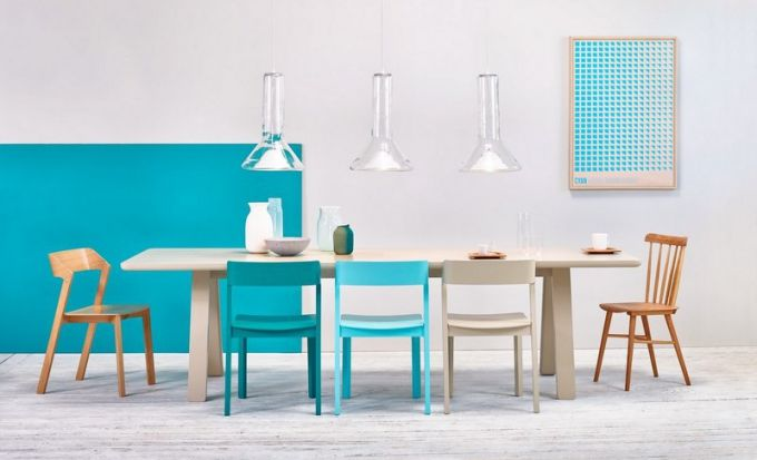 Novinkou na trhu je prostorný stůl Stelvio s masivními nohami a zaoblenými hranami, 90 x 220 cm, design Alex Gufler, Ton, cena 43 950 Kč, www.ton.cz