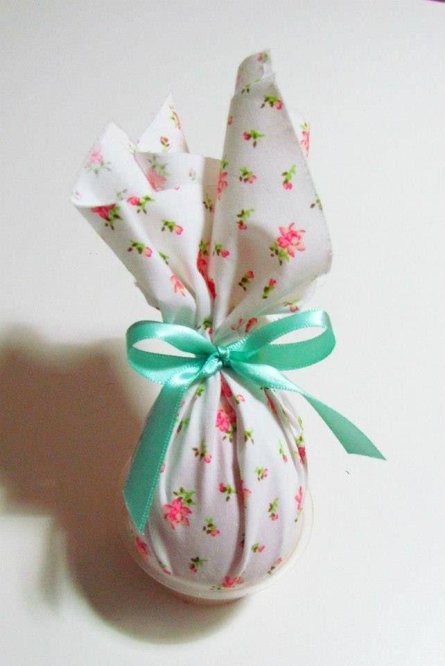 Mini ovo de Páscoa com embalagem de tecido. http://docesdcoracao.wix.com/docesdcoracao