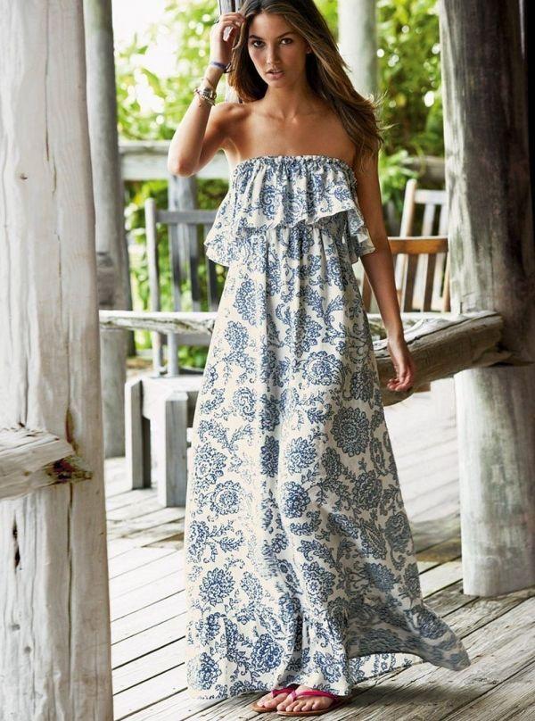 Un vestido largo sin tirantes con volantes