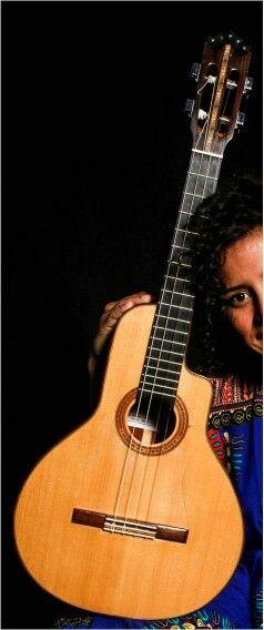 Si tienes informacion acerca de esta Bandola Llanera concacteanos: contacto@tucuatro.com. Este instrumento fue robado y pertenece a Mafer Bandola. Se identifica facil, en la roseta tiene las letras Maria Fernanda.