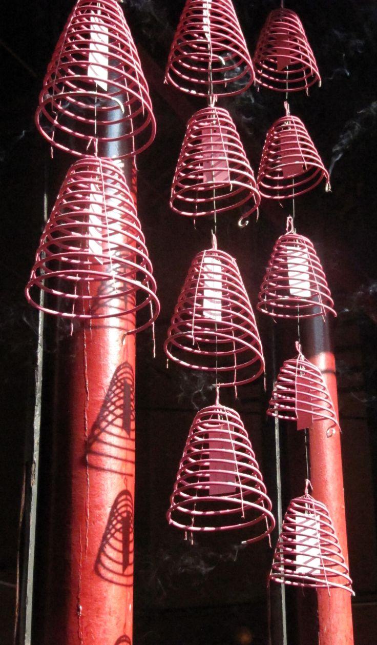 Velas de incienso en un templo chino de Kuala Lumpur, Malasia