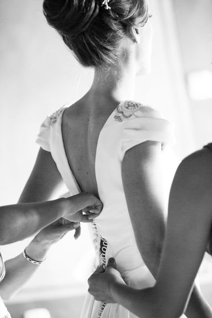 Vistiendo a la novia. Detalle del escote de la espalda. Vestido a medida Beatriz Alvaro. Alta Costura Madrid
