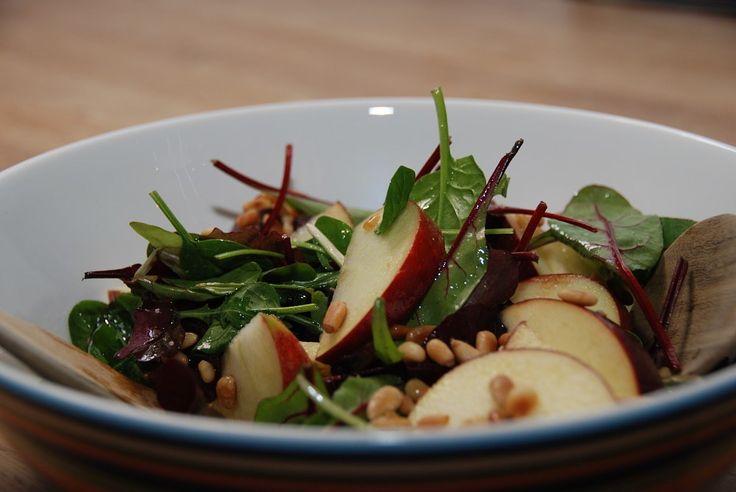 Lækker æblesalat med babysalat, danske æbler, panderistede pinjekerner og tranebær. Og med en let syrlig dressing af blandt andet æbleeddike og olivenolie. Denne æblesalat er perfekt tilbehør til b…