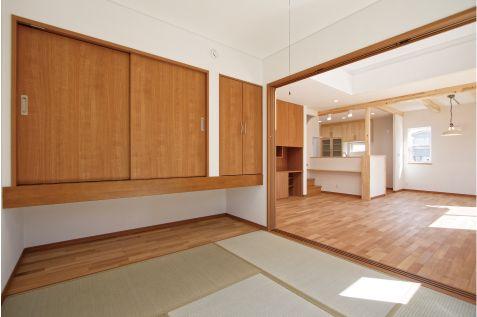 LDK続き間の和室収納は吊り押入れとなっていて、スペースを十分確保してあります。 和室 インテリア 畳 収納 