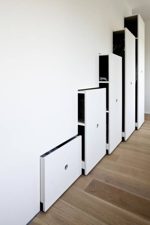A very clean dressing room storage solution by Hausbuben Architekten. See 9 more stylish and smart dressing room solutions in the article! #dressingroom #storagesolutions #homify