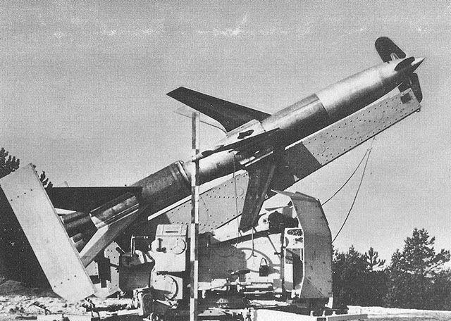 """Die """"Rheintochter"""" war eine zweistufige Flugabwehrrakete, die seit November 1942 entwickelt wurde. Gesteuert wurde die Rakete über Funkimpulse vom Boden aus. Bis zum November 1944 wurden von einer umgebauten 8,8-cm-Flak-Lafette aus 51 Starts durchgeführt. Die R3-Variante besaß ein Flüssigkeitstriebwerk und erreichte 400 m/s und damit Überschallgeschwindigkeit."""