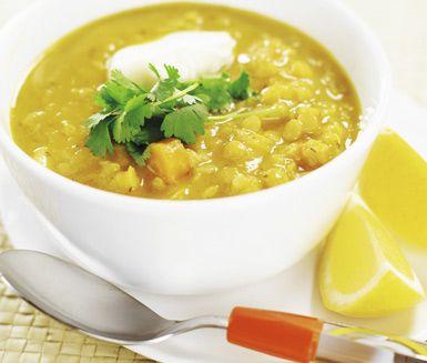 Linssoppa med citron är en mättande och ljuvlig soppa. Den fräscha citronsmaken och klicken crème fraîche på toppen gör susen. Morötter, lök, potatis och palsternacka utgör en rejäl stomme i soppan.