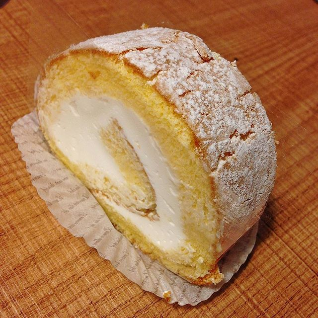 ケーキの写真を撮る際は先にフィルムを剥がしましょう。 より一層美味しそうに撮れます。 . #メゾンジブレー #MAISONGIVRÉE #MAISONGIVREE #中央林間  #神奈川 #スイーツ #ジェラート #ロールケーキ #食べスタグラム #美味しいお店 #美味しい #おいしい #食べ歩き #レストラン #グルメ #ランチ #中央林間食べ歩き #中央林間レストラン #中央林間グルメ #中央林間スイーツ #中央林間散歩 #japan #kanagawa #chuorinkan #食べログ #インスタ食べログ化計画 #飯テロ #スマホ写真部 #iphone写真部 #iphoneで撮影