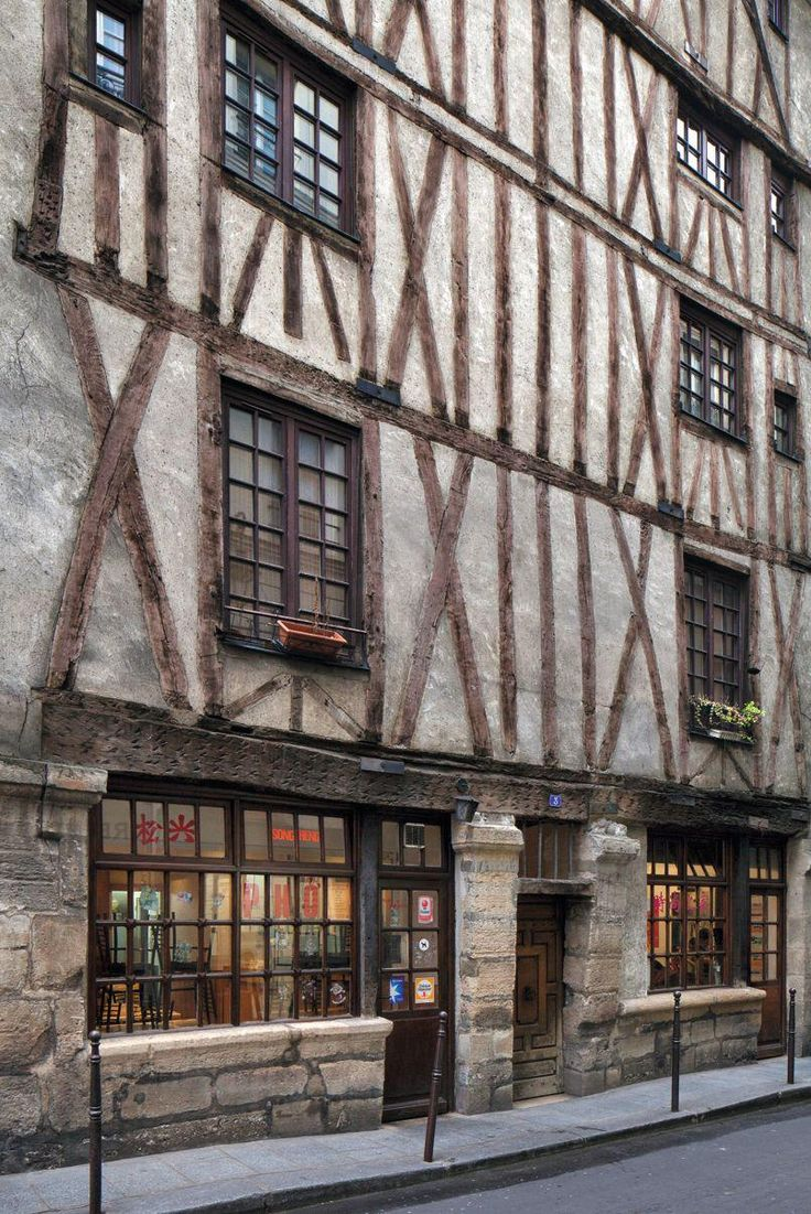 • Un rare vestige du vieux Paris. Bâtie dans les anciens marais du Temple, cette maison située au 3, rue Volta (3e) a été construite entre 1644 et 1655. Elle es t classée monument historique depuis 1959.