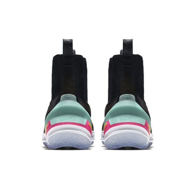 O modelo tem um ar de bota chelsea, principalmente nessas duas alcinhas, e vem com um solado de borracha inspirado por um clássico da Nike nos anos 90