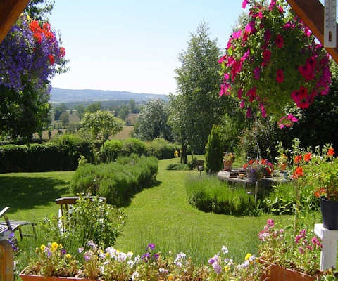 La Maison Bleue, bed and breakfast in Auvergne, France
