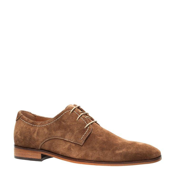 Deze #bruine #suède #veterschoenen zijn nu in de #uitverkoop ! Je vindt ze nu met €20,- #korting | #mode #schoenen #heren #mannen #mensfashion #shoes
