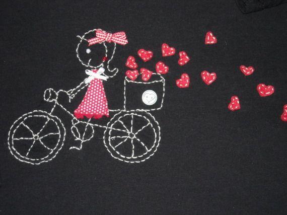 """Camiseta negra largas """"Repartiendo amor"""" / EL ARMARIO DE PULGUITA - Artesanio"""
