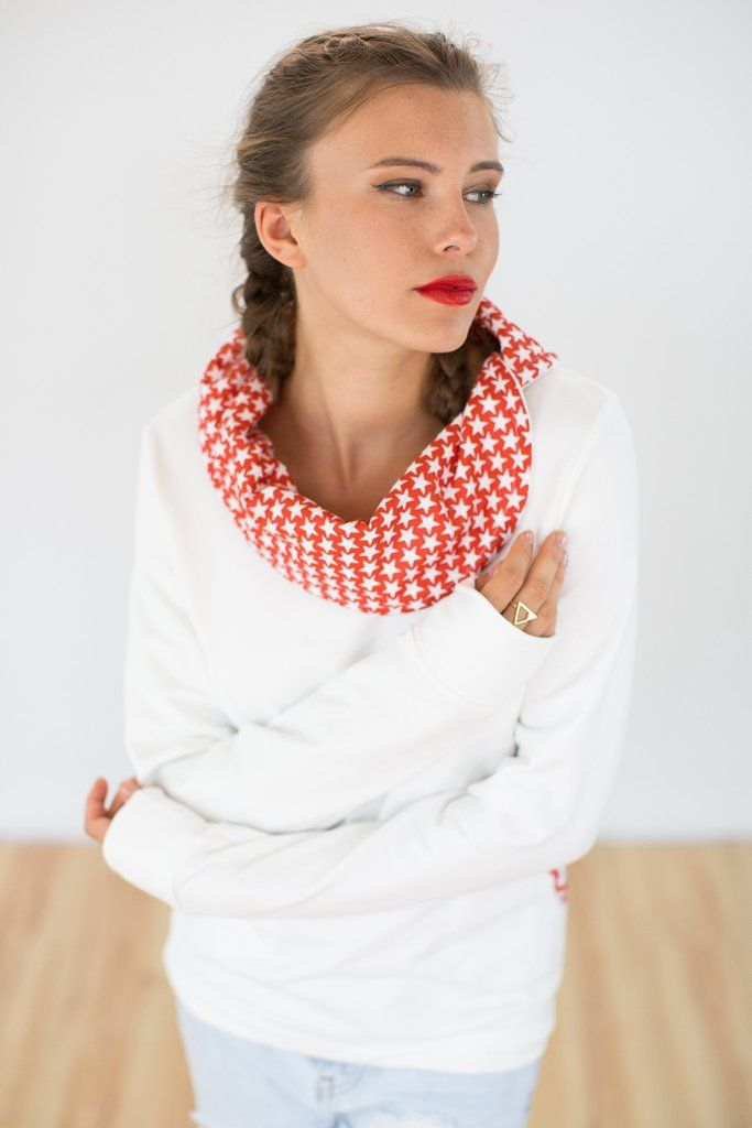 Sweatshirt Starstruck White.Elegant sweatshirt in a cream colored cotton sweatshirt fabric with fleece inside. This ultra cozy sweatshirt will be the first thing you reach for when you're rushing out the door. The turtleneck with red and white star print lining, will keep you nice and warm, while the side pockets give this sweatshirt a more casual touch. Plus, it requires little to no effort, simply pair it with skinny jeans and you'll be out the door in no time!