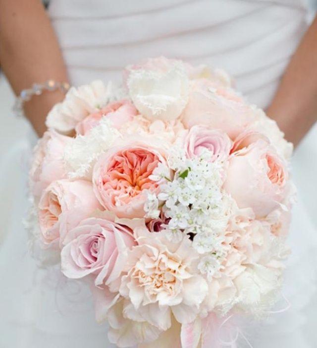 bouquet de mariée rond de pivoines pêche et fleurs blanches