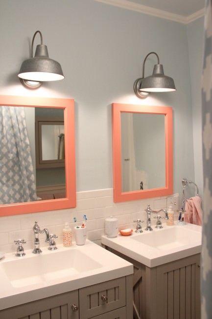カラフルで可愛らしいサーモンピンクのバスルーム