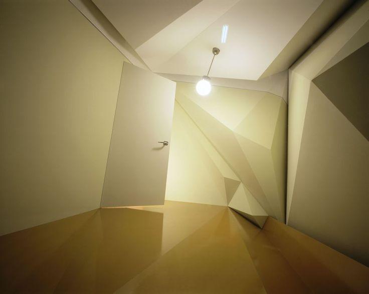 """Monika Sosnowska, """"Zmęczony pokój"""", instalacja architektoniczna, 2006, Sigmund Freud Foundation, fot. Gerald Zugmann/www.zugmann.com"""