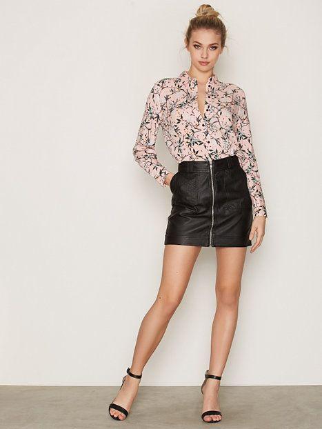 https://nelly.com/fi/vaatteita-naisille/vaatteet/paitapuserot-kauluspaidat/topshop-200920/oriental-print-casual-shirt-352849-427/