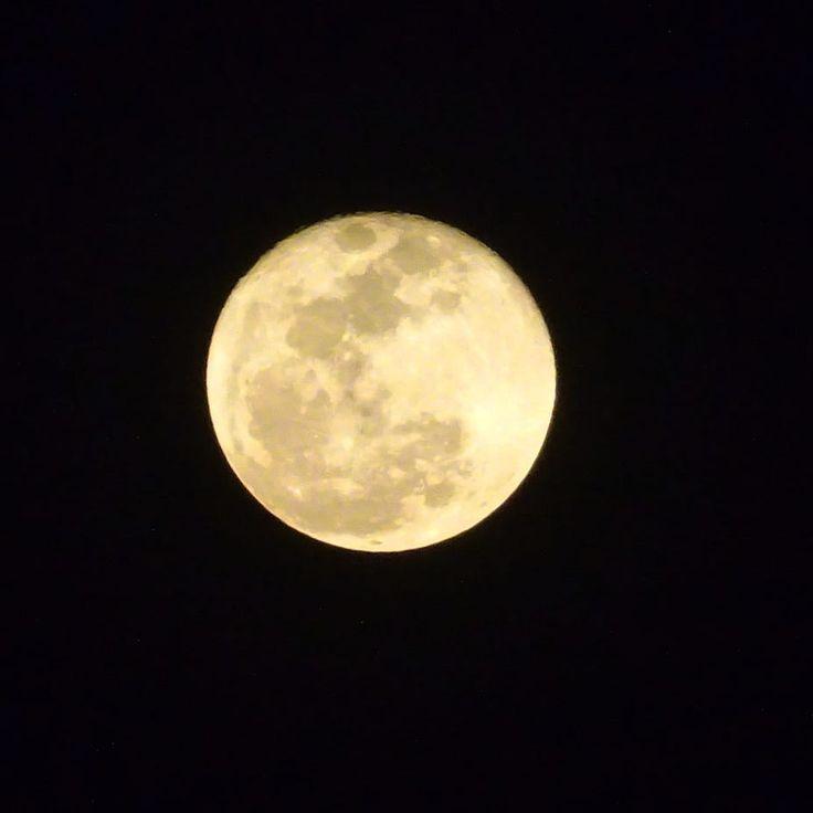 La luna de hoy, leyendas que se esparcieron sobre todo durante laEdad Mediaaseguraban que en la fase de la luna llena la gente se enloquecía por los haces lunares que el satélite dirigía hacia la tierra. #luna #leon #mexico