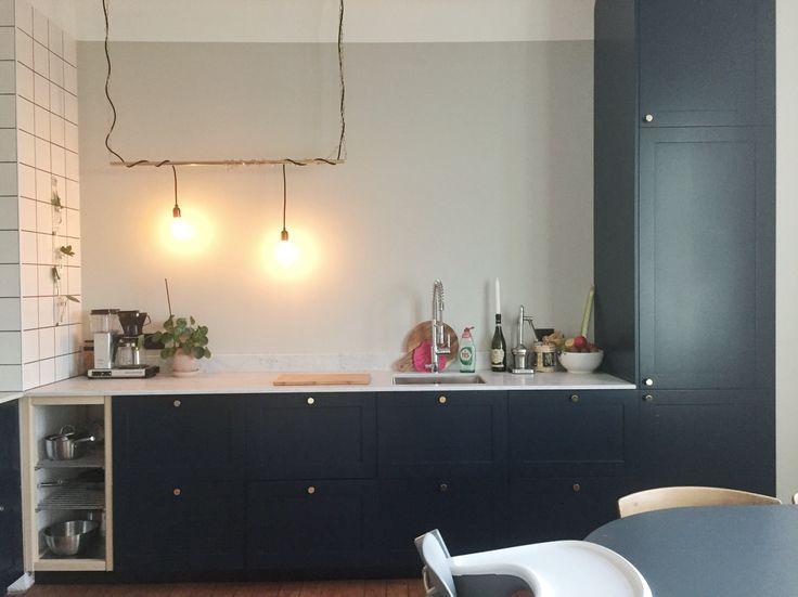 Köksrenoveringen snart klar. Mörkblått kök med luckor från pickyliving marmor bänkskiva