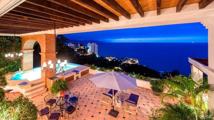 Español debajo.The essence and grandeur of a Hacienda in a boutique building located in Conchas Chinas is what Casa Contenta offers. One of only six homes in the building, the elevator opens to your