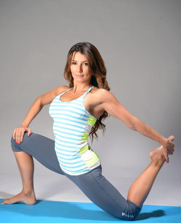 <<ESTIRAMIENTO DEL CUÁDRICEPS, CADERA Y PECHO>> Inhala, exhala y coloca la pierna derecha flexionada 90 grados. La otra pierna debe estar estirada hacia atrás. Inhala y al exhalar jala tu pie izquierdo hacia atrás. Logra el alargamiento del cuádricep, apertura de hombro y pecho. Sostienes la posición por 10 respiraciones profundas con cada pierna.