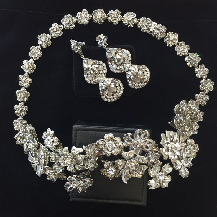 This intricate three dimensional headpiece features delicate crystal flowers. Collection available @bridesbyfrancesca @mariaelenaheadpieces #crystal #headpiece #necklace #finejewels  #bridalcouture #bridetobe