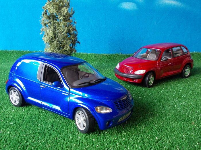 AUTOart / Maisto - schaal 1/18/EG - Chrysler PT Cruiser & Chrysler PT Cruiser paneel  Een prachtige diep blauwe metallic Chrysler PT Panel busje uitgegeven door AUTOart in 2002 en een metallic rode PT Cruiser gemaakt door Maisto.Deze modellen zijn in ongebruikte toestand en nooit uit de originele doos behalve voor het maken van deze foto's werden genomen.De vakken zijn ook in goede conditie.Dit perceel worden verzonden als ondertekende levering met verzekeringde originele doos toont kleine…