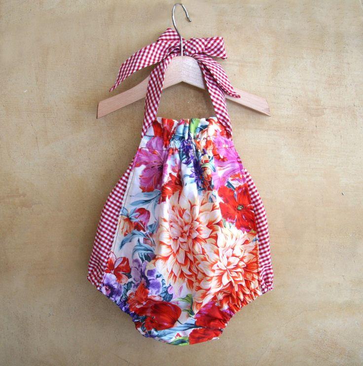 Pagliaccetto per bambina in cotone organico, prendisole in cotone fantasia di fiori vintage e quadratini rossi.
