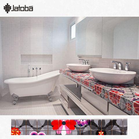Uma bancada colorida dá vida e personalidade ao ambiente. Neste projeto da arquiteta Crisa Santos, vemos o uso do mosaico de pastilhas criado por Adriana Barrapara a Jatobá. Show, né? #arquitetura #atelieramalfi #pastilhas #banheiro #mosaico #revestimento #decoracao #designdeinteriores #jatoba