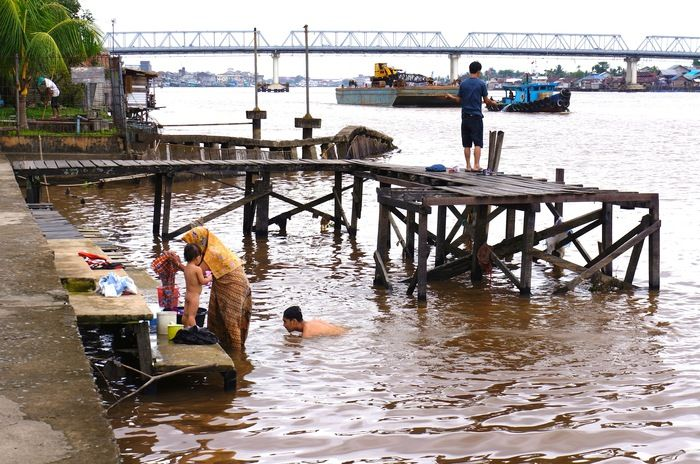 Ordinary days: The Kapuas River is the center of daily activities for locals. (Photo by Icha Rahmanti)